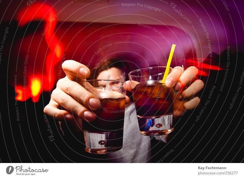 Cheers! Mensch Jugendliche Hand rot Freude Erwachsene Junger Mann Leben 18-30 Jahre Stil Feste & Feiern Party maskulin Finger ästhetisch Coolness