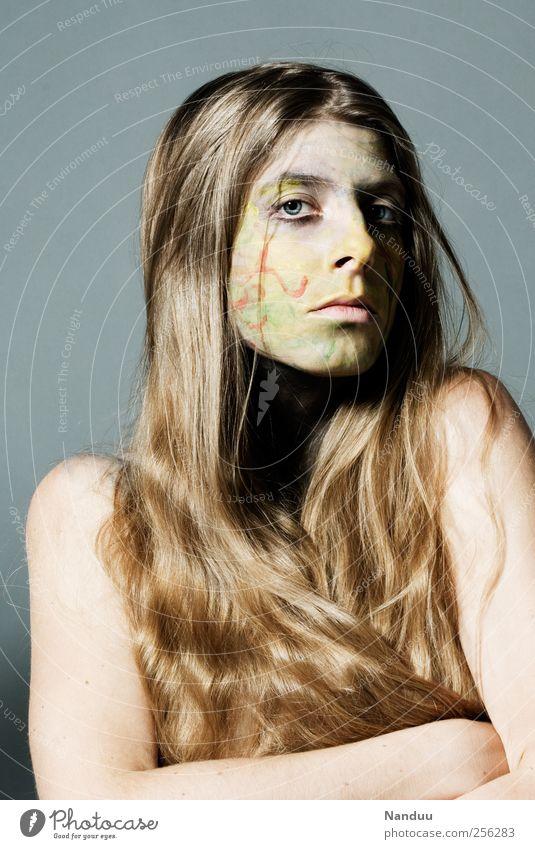 um dann voll da zu sein. Mensch feminin 1 18-30 Jahre Jugendliche Erwachsene ästhetisch bemalt mehrfarbig Haare & Frisuren Körpermalerei seltsam ernst