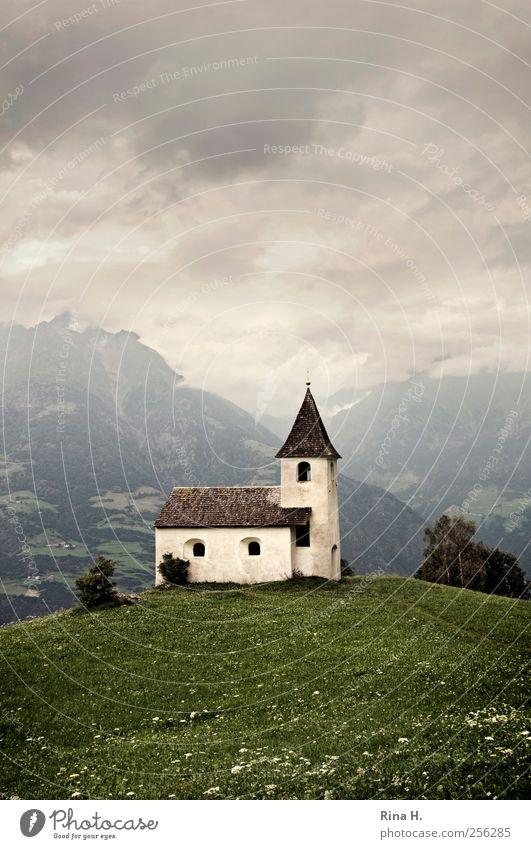 Kirche auf Hügel Natur Landschaft Wolken Gewitterwolken Sommer Klima schlechtes Wetter Wiese Berge u. Gebirge Meran Sehenswürdigkeit alt dunkel historisch grün