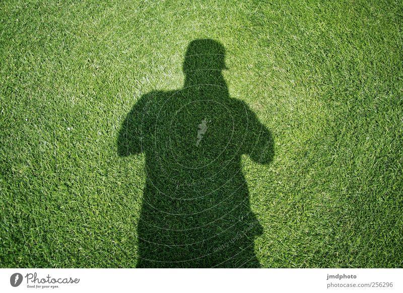 Schatten Wiesen Mann Mensch grün Pflanze Sommer Einsamkeit Garten Denken Traurigkeit Angst maskulin Lifestyle beobachten Sportrasen entdecken anonym