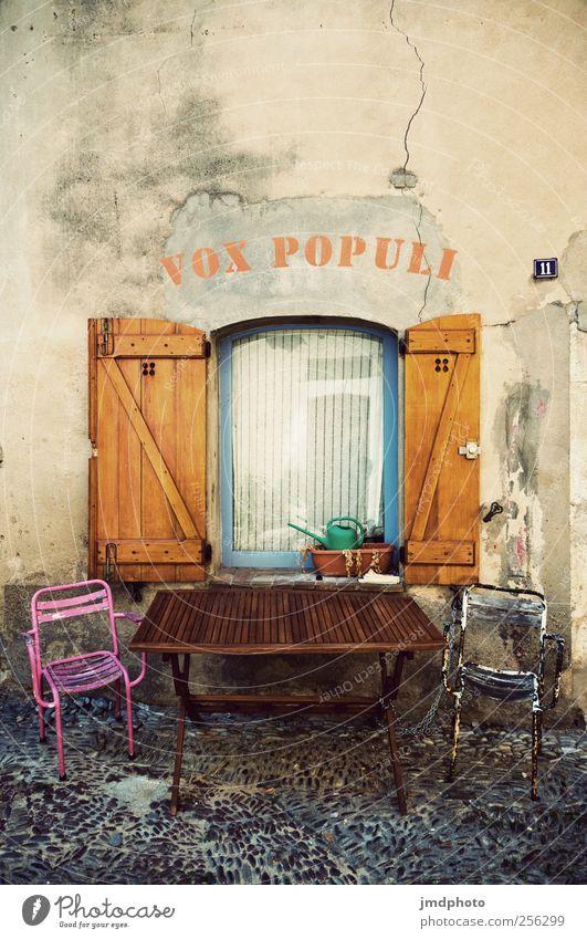 Vox populi Ferien & Urlaub & Reisen Erholung Fenster Glück Stil träumen Zufriedenheit Fassade Freizeit & Hobby elegant Tourismus Tisch Häusliches Leben