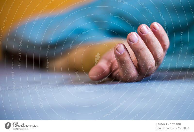 ein Mann liegt in einem Bett, seine Hand liegt auf dem Laken Mensch maskulin Erwachsene 1 schlafen träumen alt Gefühle Stimmung Tod Müdigkeit Erschöpfung