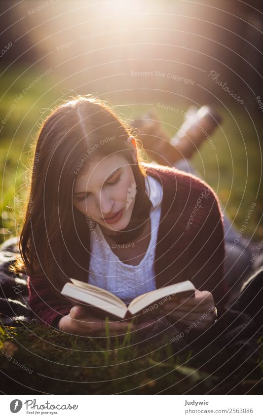 Versunken Wohlgefühl Zufriedenheit Erholung ruhig Freizeit & Hobby lesen Mensch feminin Junge Frau Jugendliche Erwachsene 18-30 Jahre Umwelt Natur Herbst