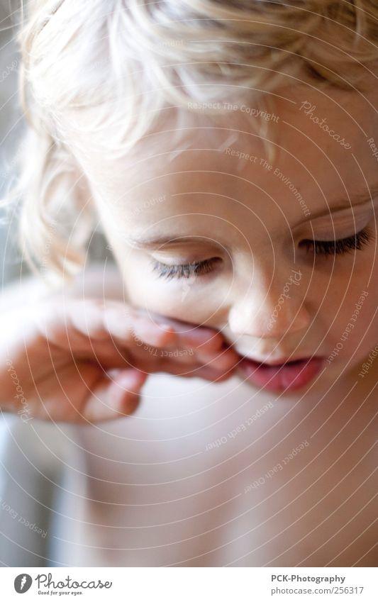 Lecker im Mund Mensch Kind Hand schön Mädchen Gefühle nackt Kindheit blond niedlich nachdenklich Kleinkind verträumt Wimpern gestikulieren Bildausschnitt
