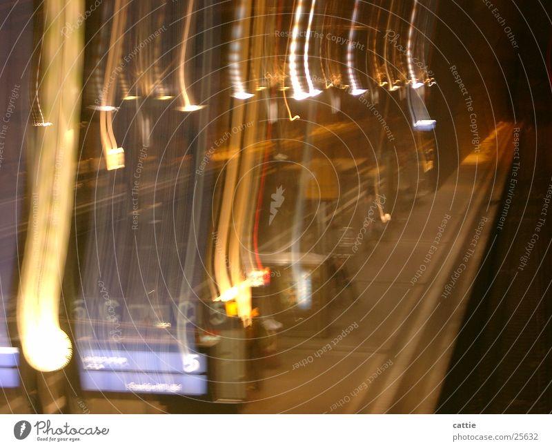 Ein Zug nach Nirgendwo Menschenleer Eisenbahn Gleise trist Nachtaufnahme Lichtstreifen Station warten Bahnfahren Verkehr Bahnhof lichtbogen Bildschirm