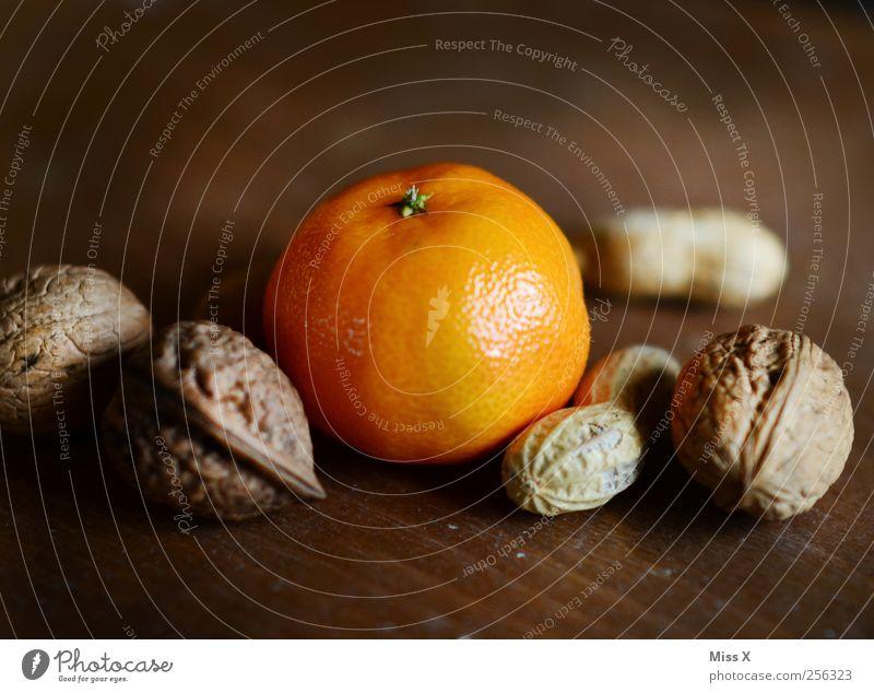 Gesundes vom Nikolaus Lebensmittel Frucht Orange Ernährung lecker saftig süß Weihnachten & Advent Gesunde Ernährung Mandarine Nuss Erdnuss Nussschale Walnuss
