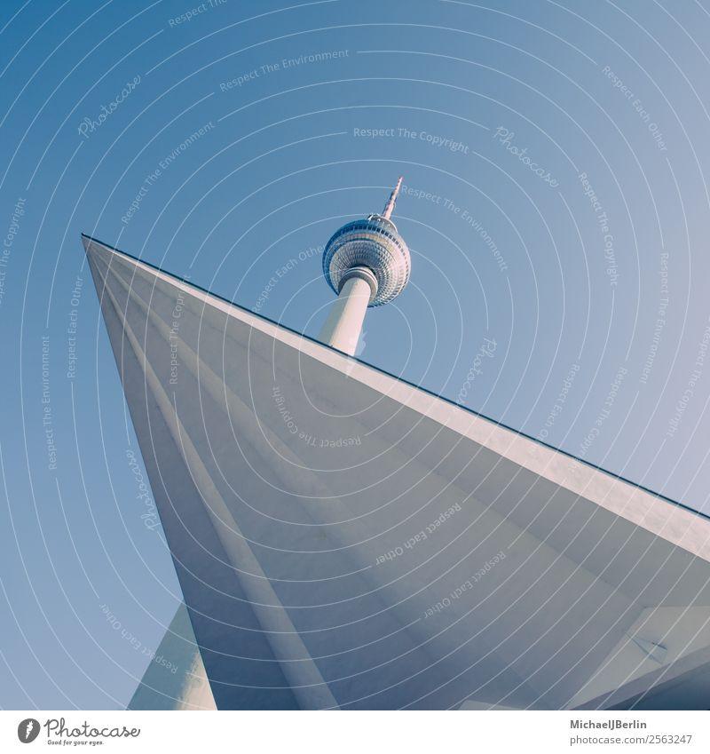 Fernsehturm Berlin von unten mit Vorbau Deutschland Turm Bauwerk Gebäude Architektur Sehenswürdigkeit Wahrzeichen Alexanderplatz Ferien & Urlaub & Reisen blau