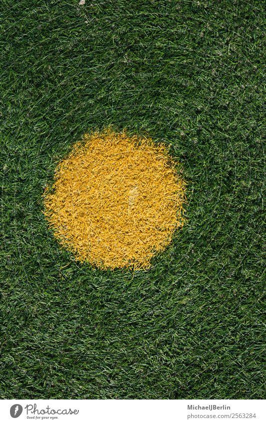 Elfmeterpunkt auf Kunstrasen Fussballplatz grün Hintergrundbild gelb Sport Gras Design Angst Feld Fußball Kreis Rasen Punkt Entscheidung Fußballplatz Haftstrafe