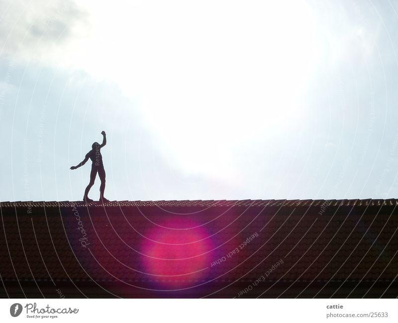Der Wanderer Kunstwerk Artist Risiko Gleichgewicht Wolken Dach Sonne Skulptur wandern Lichtfleck Spaziergang Lichteinfall gehen Statue Sonnenbad obskur modern