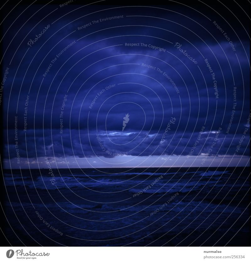 finster Moment Natur Ferien & Urlaub & Reisen Meer Strand Wolken Ferne Herbst dunkel Umwelt Landschaft Küste Stimmung Wellen Klima authentisch außergewöhnlich