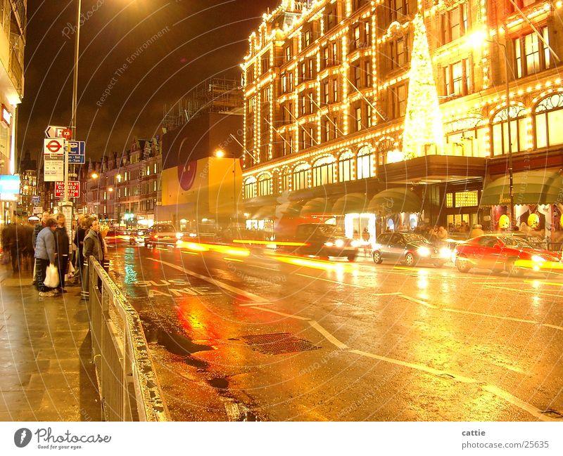 waiting@night Harrods Nacht Verkehr erleuchten festlich geschmückt nass kalt Nachtaufnahme Langzeitbelichtung London Fahrzeug frisch Verkehrsmittel warten