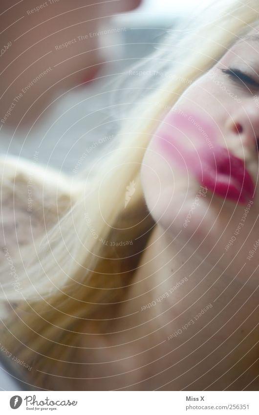 Kussecht Mensch Frau Jugendliche schön Erwachsene Liebe feminin rosa Mund 18-30 Jahre Junge Frau Lippen Küssen Schminke Verliebtheit Lippenstift