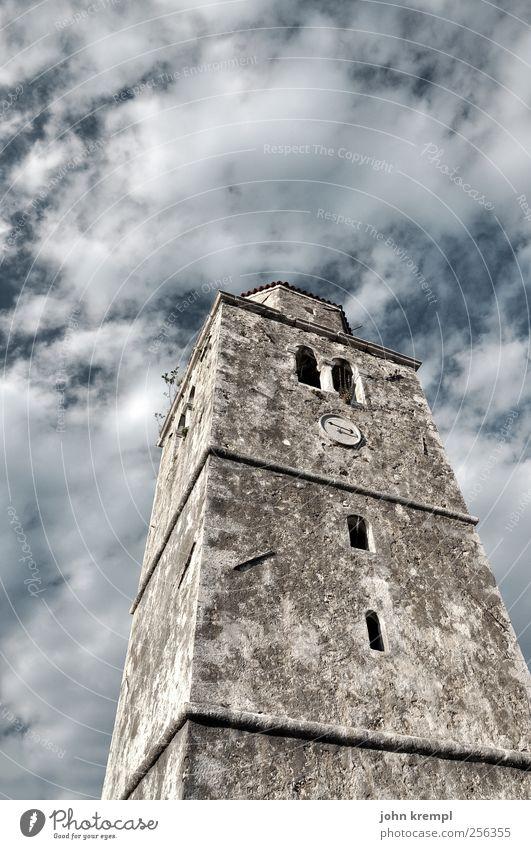 5 vor 12 Wolken Kroatien Dorf Kleinstadt Altstadt Kirche Turm Bauwerk Gebäude Architektur alt ästhetisch grau Macht Mut Romantik Wahrheit Ehrlichkeit