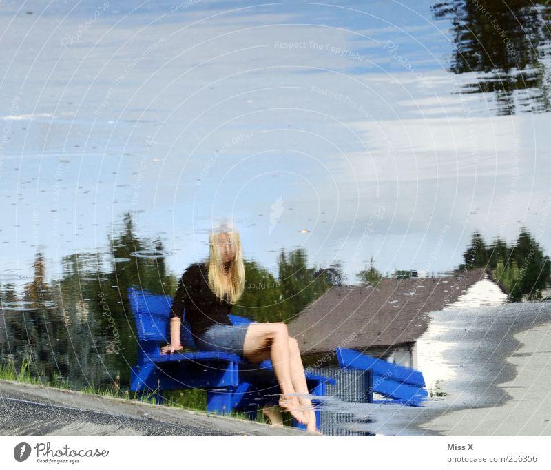 Überwasserwelt Mensch feminin Frau Erwachsene 1 Wasser See sitzen Beine Reflexion & Spiegelung Wasserspiegelung Pfütze Parkbank Farbfoto Außenaufnahme