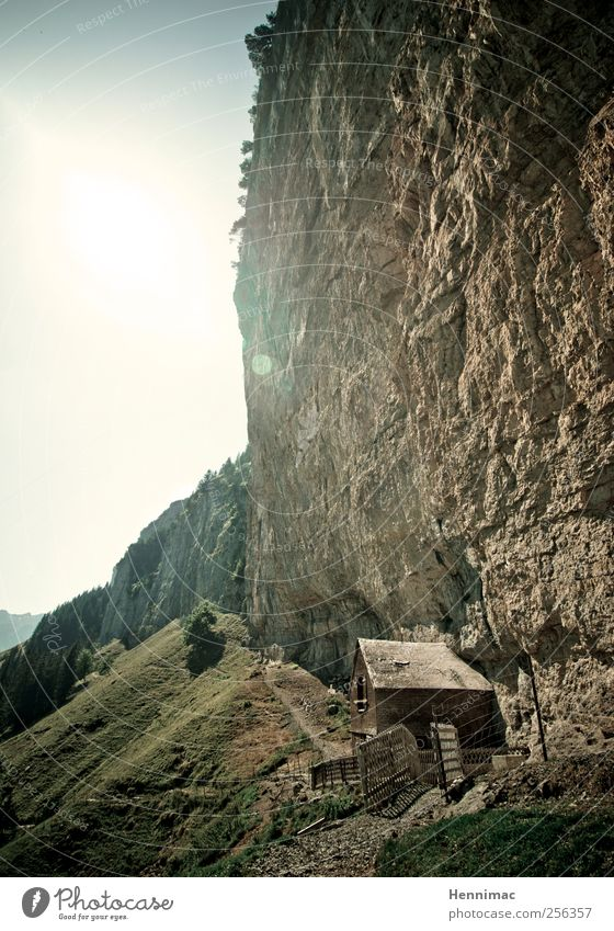 Wegezoll. Sommer Berge u. Gebirge wandern Klettern Bergsteigen Landschaft Felsen Alpen Hütte Wege & Pfade Stein Holz alt bedrohlich klein braun grün Schutz