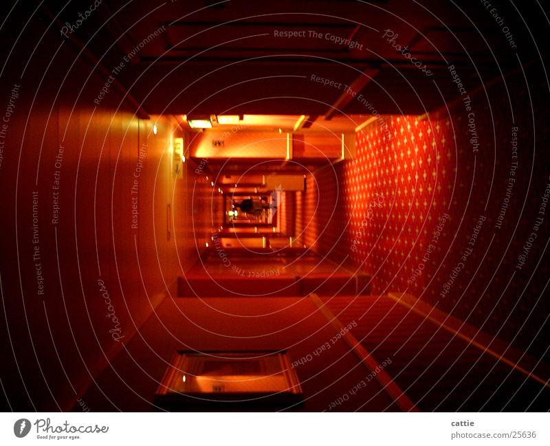 Tunnelblick schlafen unzählig dunkel Flur Einsamkeit Hotel Unendlichkeit trist losgehen Etage unterwegs flüchten Fototechnik übernachtung sanftes licht