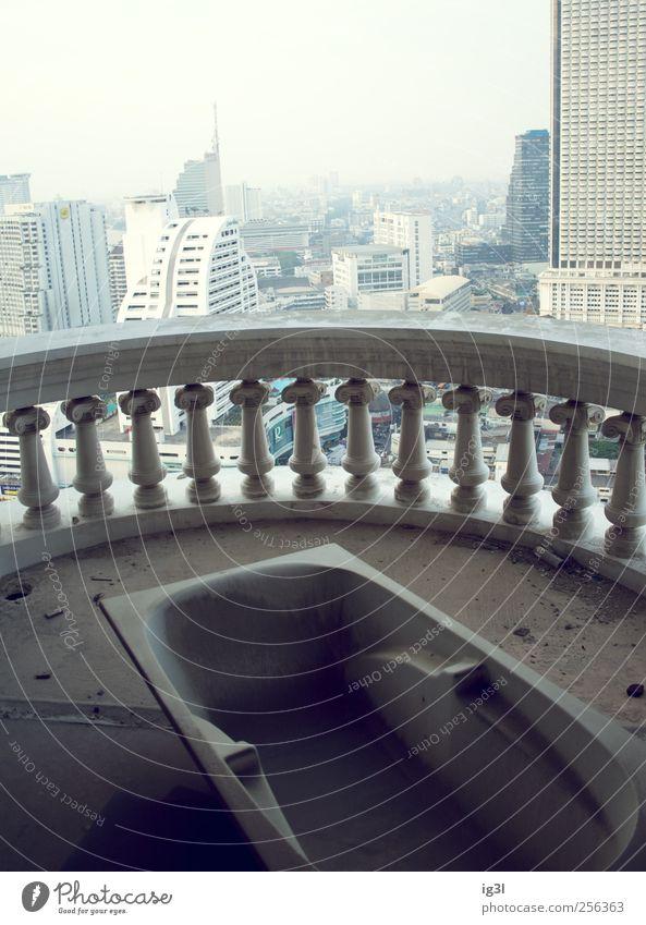 Immobilienhai Architektur Horizont Fassade Schwimmen & Baden Hochhaus Vergänglichkeit Bankgebäude Sauberkeit Idylle Asien Badewanne Skyline Geländer Aussicht