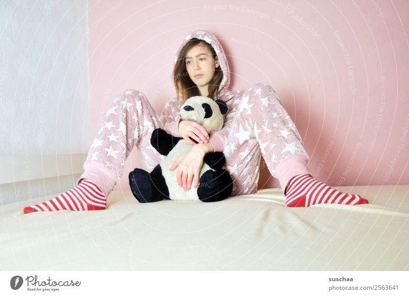 nicht erwachsen .. Kind Junge Frau Einsamkeit Mädchen Traurigkeit Gefühle Spielen rosa 13-18 Jahre nachdenklich Langeweile Teddybär kindlich