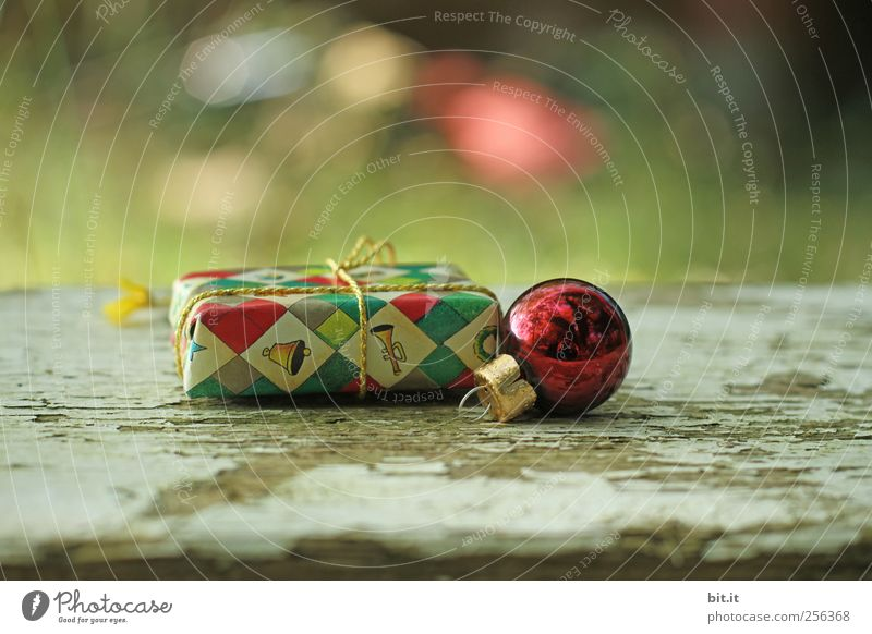 Weihnachtspackerl IV Weihnachten & Advent alt Umwelt Holz klein Stimmung Feste & Feiern glänzend liegen Geschenk rund Kitsch Schnur Kugel Christbaumkugel Überraschung