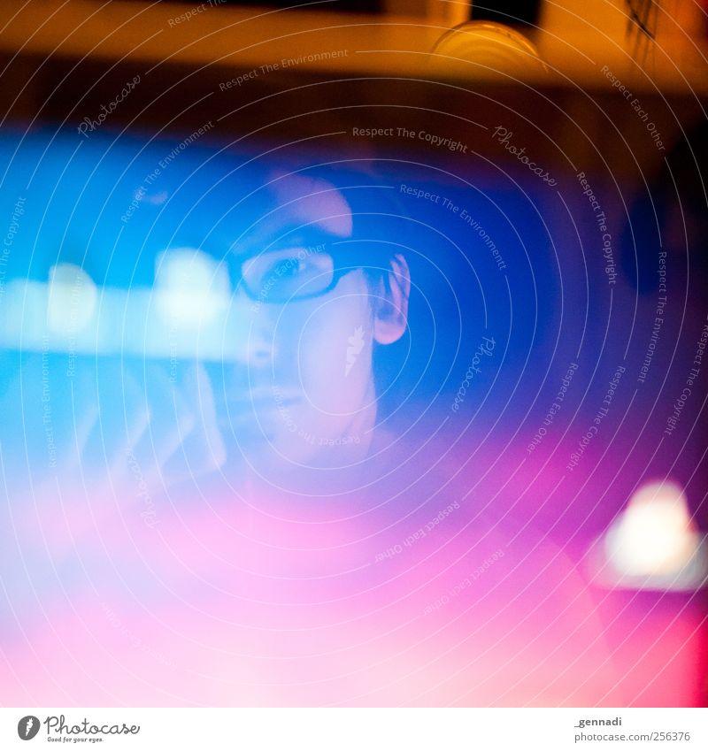 Monitor, Monitor an der Wand ... Mensch maskulin Mann Erwachsene Kopf 1 18-30 Jahre Jugendliche Brille Blick Reflexion & Spiegelung Bildschirm Selbstportrait