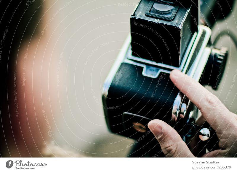moment. Mensch Mann Erwachsene Arbeit & Erwerbstätigkeit Finger Filmmaterial festhalten analog Fotograf Fotografieren Sucher Auslöser hervorrufen