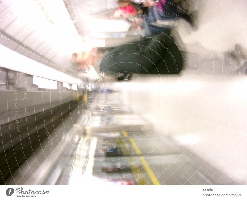 Waiting for the next Neonlicht Windzug Ferien & Urlaub & Reisen Eisenbahn Licht Gleise Bahnsteig U-Bahn grell warten weich Station London Underground Bahnfahren