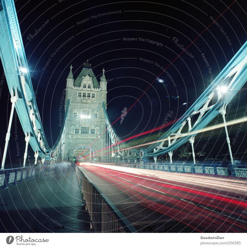 Rush. alt schön Stadt kalt hell hoch Verkehr Geschwindigkeit Brücke Turm viele historisch Wahrzeichen Sehenswürdigkeit Hauptstadt Altstadt