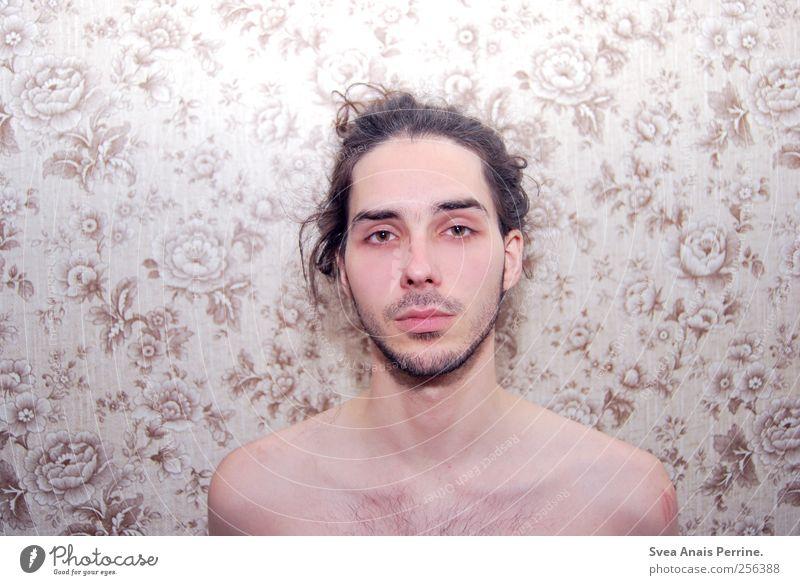 blumenkind. maskulin Haut 1 Mensch 18-30 Jahre Jugendliche Erwachsene Blümchentapete Blumenmuster Tapete Haare & Frisuren brünett Zopf Bart dünn trashig