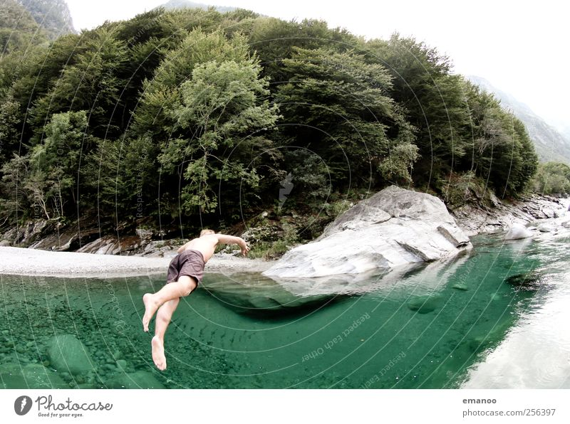 Sprung ins Grüne Lifestyle Stil Freude Ferien & Urlaub & Reisen Ausflug Sommer Sommerurlaub Berge u. Gebirge Mensch maskulin 1 Natur Landschaft Wasser Felsen