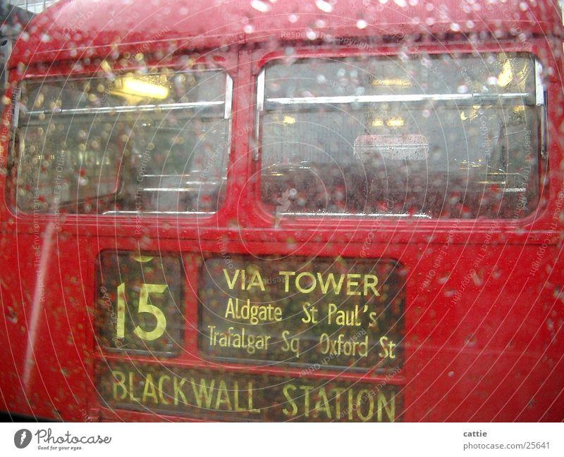 Rainy day in London Sightseeing Öffentlicher Personennahverkehr trist nass rot kalt Bewegung Regen Bus Gewitterregen Station schlechtes Wetter Regenschirm
