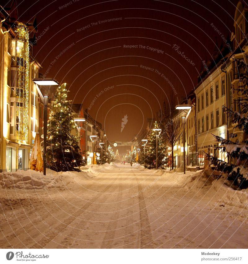 Weihnachtszauber Winter Schnee Pflanze Baum Tanne Villingen Deutschland Europa Stadtzentrum Altstadt Fußgängerzone Menschenleer Haus Mauer Wand Fassade Balkon