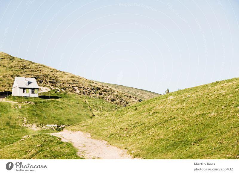 Haben oder Sein grün Haus Wiese Berge u. Gebirge natürlich authentisch einfach Hügel Schönes Wetter Hütte positiv nachhaltig