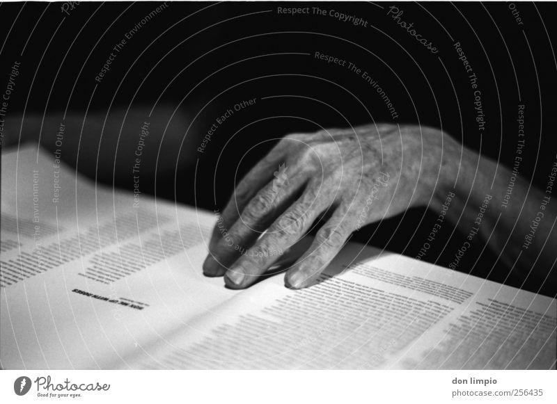 boxen und blumen... Mensch maskulin Männlicher Senior Mann Hand Finger 1 60 und älter Printmedien Buch lesen Schriftzeichen alt lernen dunkel dünn Neugier
