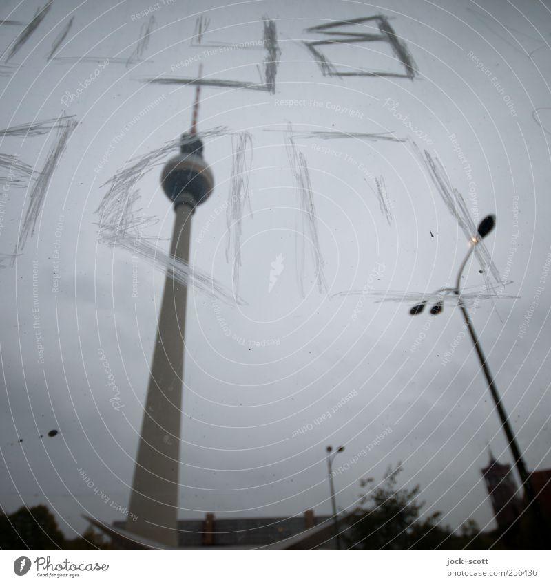 Es ist nicht das, wonach es aussieht! (Liebling der Jungs™) Himmel Stadt dunkel Graffiti Architektur Herbst grau Linie Glas stehen Perspektive Schriftzeichen hoch groß Zeichen Neigung