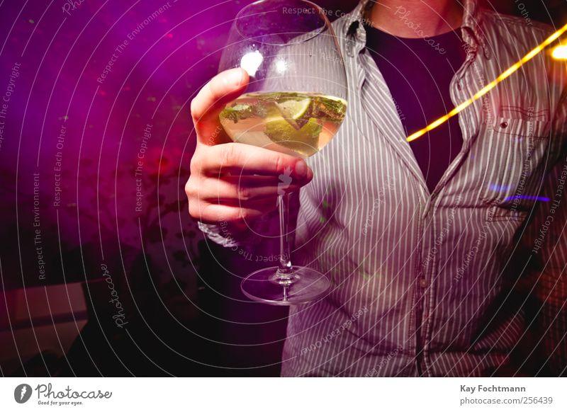 ° Getränk trinken Longdrink Cocktail Glas Lifestyle Reichtum Stil Freude Party Mensch maskulin Leben Hand Finger 1 T-Shirt Hemd Erholung stehen trendy Wärme