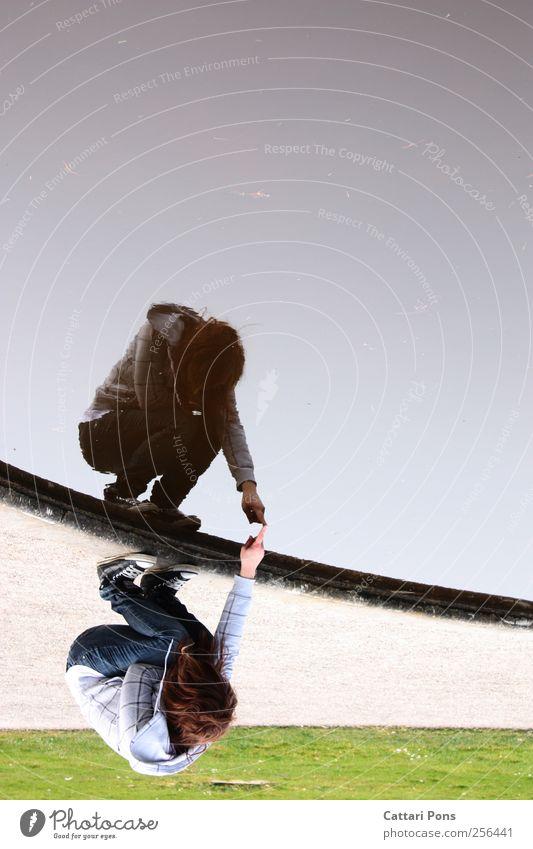 Schatten auf dem Spiegelbild androgyn Jugendliche Leben 1 Mensch Bekleidung Jeanshose Pullover Turnschuh wählen beobachten berühren hocken Blick einzigartig