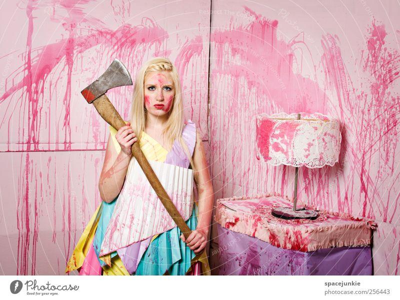 Carrie`s playroom Möbel Lampe Mensch feminin Junge Frau Jugendliche Erwachsene 1 18-30 Jahre blond beobachten außergewöhnlich gruselig trashig verrückt rosa Mut