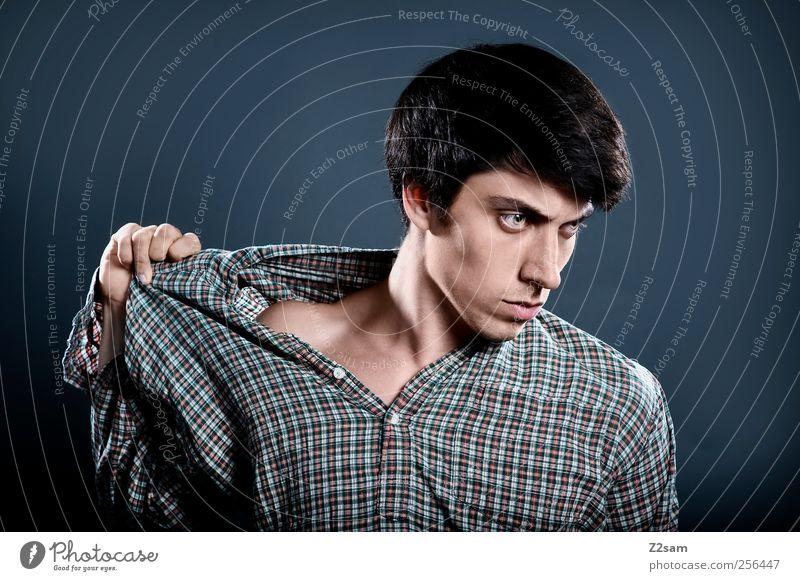 hin und hergerissen Mensch Jugendliche Erwachsene dunkel Haare & Frisuren Stil Denken träumen Junger Mann elegant maskulin 18-30 Jahre verrückt einzigartig berühren festhalten