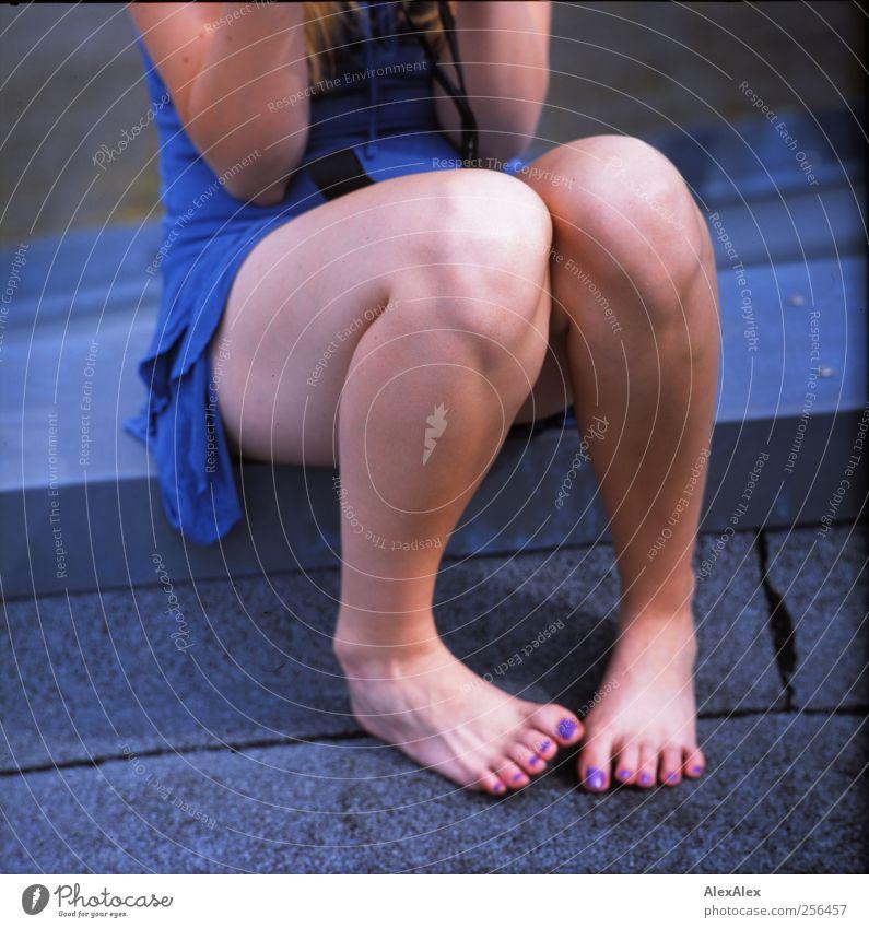 Frau Schönbein macht Sitzstreik Mensch Jugendliche blau schön Erotik Beine Fuß Junge Frau sitzen Haut Fröhlichkeit ästhetisch Dach Kleid violett dünn