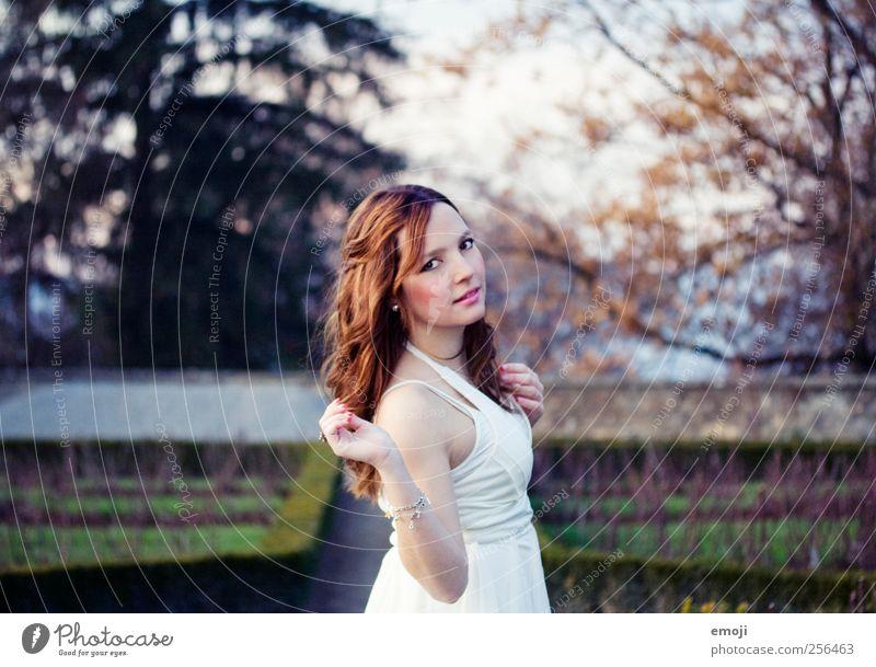 Tanz im Rosengarten Mensch Natur Jugendliche schön Erwachsene feminin Garten Tanzen Romantik Kleid 18-30 Jahre 13-18 Jahre Junge Frau Braut Prinzessin
