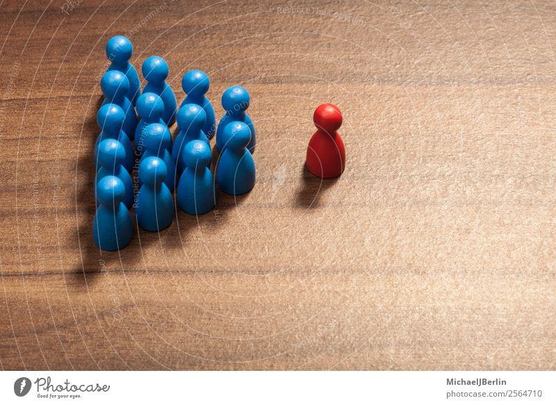 Einzelner vor Gruppe anderer, Konfrontation oder Anführer Business Macht standhaft Team Teamwork Management Spielfigur organisation Menschengruppe Zusammenhalt