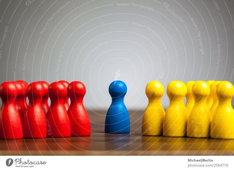 Einzelne Figur zwischen zwei Gruppen in verschiedenen Farben Mensch gelb Gray between blue concept confrontation difference different figure game groups left