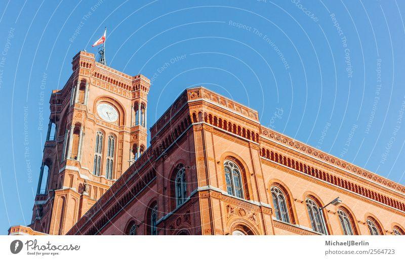 """Berliner """"Rotes Rathaus"""" im Tageslicht Ferien & Urlaub & Reisen Turm Sehenswürdigkeit Wahrzeichen Tower (Luftfahrt) rot Deutschland Großstadt Sonnenlicht Uhr"""