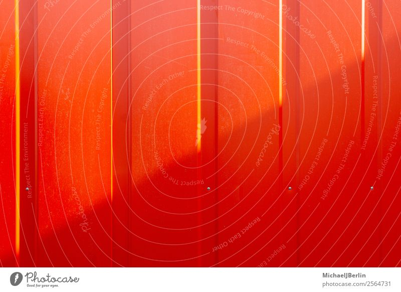 Rote Wand mit diagonalem Schatten Industrieanlage Mauer Fassade rot Deutschland Hamburg Blech Stahl Container Hafen Baustelle temporär Übergang Licht & Schatten