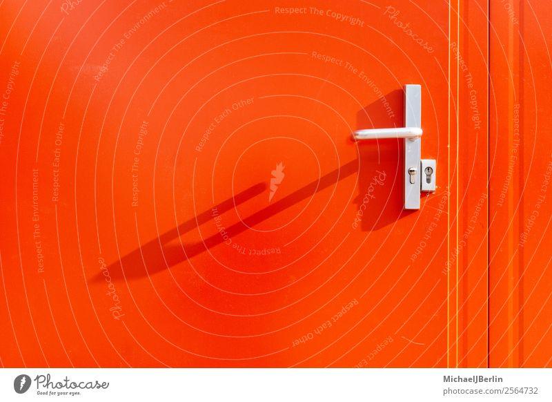 Rote Metall Wand und Tür mit Griff Mauer rot Deutschland Hamburg Baucontainer Container Außenaufnahme Sicherheit Schloss Textfreiraum Farbfoto Nahaufnahme Tag