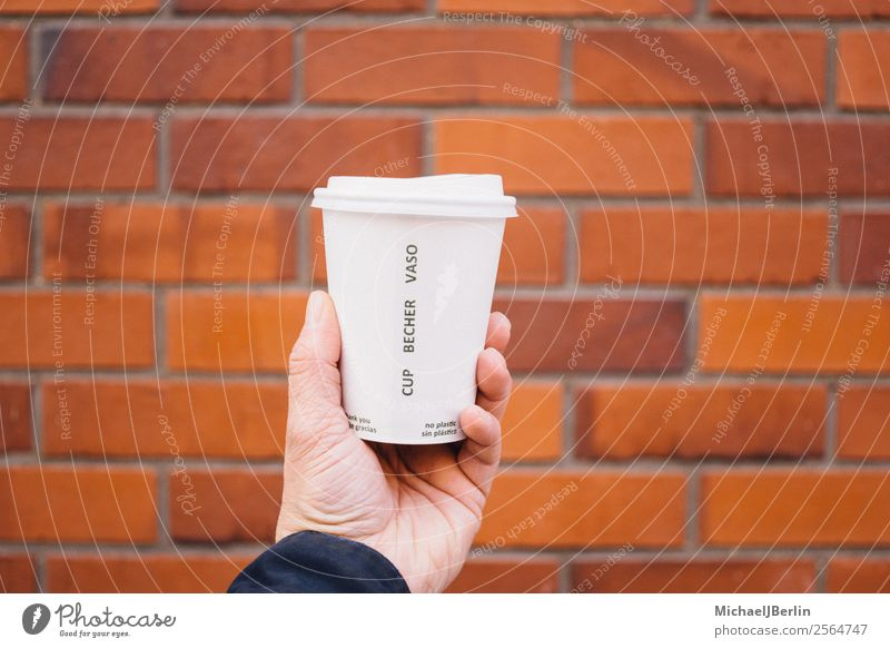 Kaffee to go in Pappbecher mit Plastikdeckel Mensch Hand Umwelt Deutschland Hamburg Kunststoff Müll Umweltschutz Material unterwegs Umweltverschmutzung