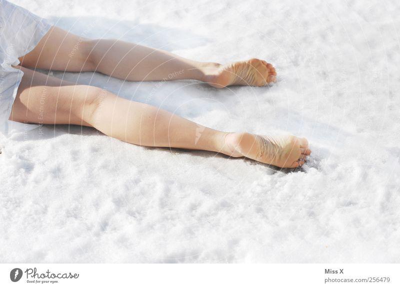 Frostbeulen Mensch feminin Beine Fuß 1 Winter Schnee Kleid liegen weiß Tod Farbfoto Außenaufnahme Textfreiraum unten Vor hellem Hintergrund Freisteller