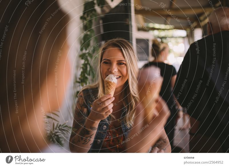 tätowierte Frau isst Eiscreme mit bester Freundin Dessert Speiseeis Essen Lifestyle kaufen Freude Glück schön Sommer sprechen Mensch Erwachsene Freundschaft