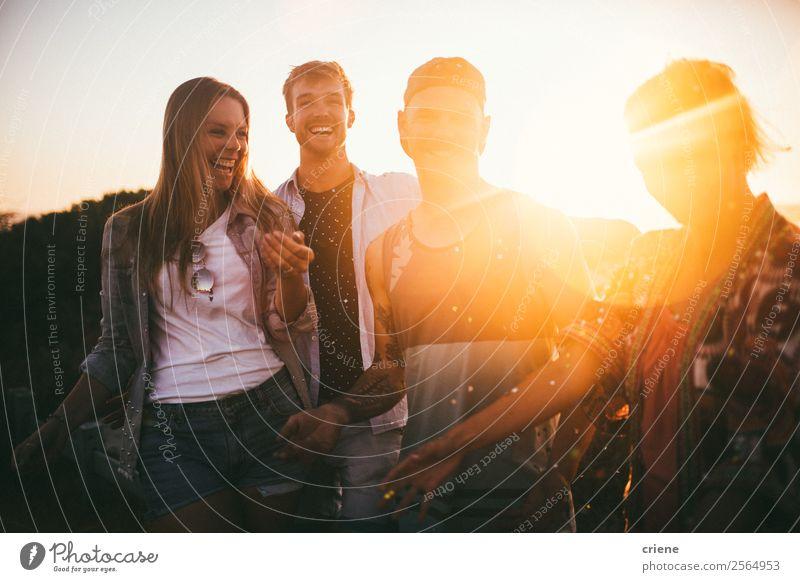 Freundeskreis, der die gemeinsame Zeit im Urlaub im Freien genießt. Lifestyle Stil Freude Glück schön Leben Ferien & Urlaub & Reisen Ausflug Sommer Strand Meer