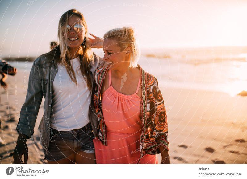 zwei glückliche Frauen genießen es, bei sonnigem Wetter am Strand spazieren zu gehen. Lifestyle Stil Freude Glück schön Freizeit & Hobby
